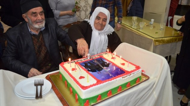 Asırlık Aşklarını Pasta Keserek Kutladılar