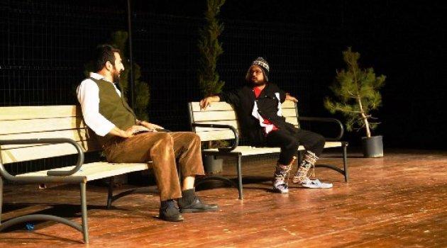 Yeşilyurt Belediye Tiyatro Grubunun Sahnelediği ' Zır Zır Deli' Oyunu Büyük İlgi Gördü