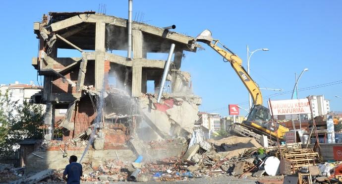 Riskli Bulunan Üç Katlı Binanın Yıkımını Gerçekleştirdi